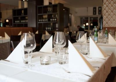 Gedeckte Tische am Abend bei Vicino L'italiano